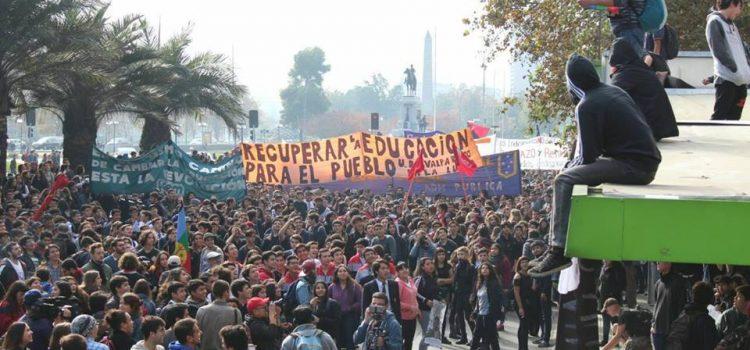 Total apoio aos estudantes chilenos! Recuperar a educação para o povo!