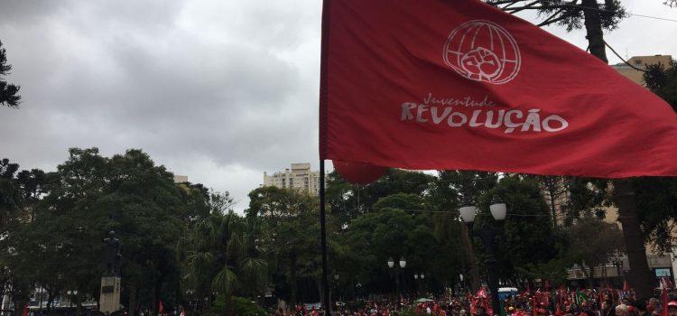 Juventude Revolução presente no Ato em Defesa do Lula em Curitiba no dia 10/05