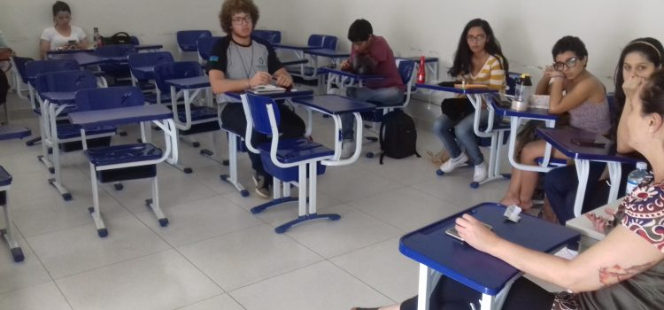 Jovens debatem na faculdade de Ceilândia da UNB: Lula livre! Lula presidente!